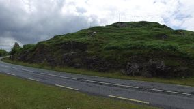 Strada asfaltata al connemara in Irlanda 23 video d archivio
