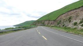Strada asfaltata al modo atlantico selvaggio in Irlanda 71 stock footage