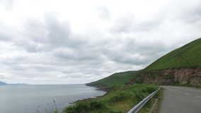 Strada asfaltata al modo atlantico selvaggio in Irlanda 72 stock footage