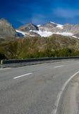 Strada asfaltata in alpi fotografia stock
