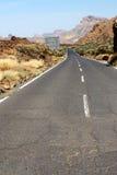Strada asfaltata con dieci pietrosi Fotografia Stock