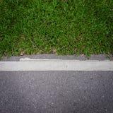 Strada asfaltata con erba verde Fotografia Stock