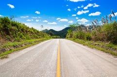 Strada asfaltata con il bello cielo Immagine Stock
