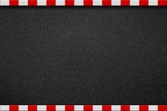 Strada asfaltata con il segno rosso e bianco sul marciapiede fotografia stock