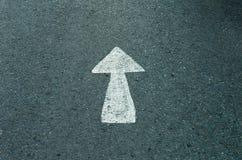 Strada asfaltata con la freccia tirata di direzione Fotografia Stock