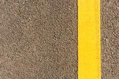 Strada asfaltata con le bande gialle fotografie stock