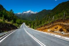Strada asfaltata con le montagne Fotografia Stock