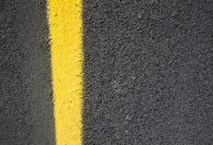 Strada asfaltata con vernice gialla Fotografia Stock
