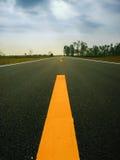 Strada asfaltata da parte a parte immagine stock