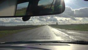 Strada asfaltata di autunno dopo pioggia e l'automobile stock footage