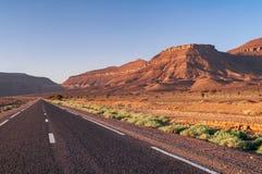 Strada asfaltata diritta nel deserto del Marocco fotografia stock libera da diritti