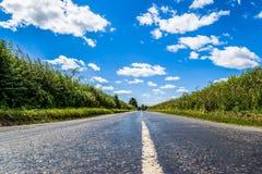 Strada asfaltata e cielo blu vuoti - strada campestre Fotografia Stock Libera da Diritti