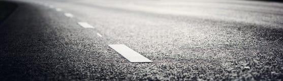 Strada asfaltata e linee di demarcazione Fotografia Stock