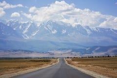 Strada asfaltata, montagne di Altai, Russia Immagini Stock Libere da Diritti