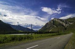 Strada asfaltata nelle montagne di Altai Immagini Stock