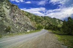 Strada asfaltata nelle montagne di Altai Immagini Stock Libere da Diritti