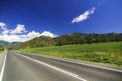 Strada asfaltata nelle montagne di Altai Fotografia Stock Libera da Diritti