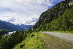 Strada asfaltata nelle montagne di Altai Fotografia Stock