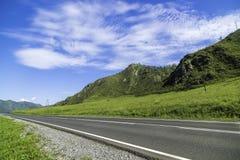 Strada asfaltata nelle montagne di Altai Fotografie Stock