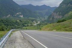 Strada asfaltata nelle montagne di Caucaso, Russia Fotografie Stock Libere da Diritti