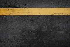 Strada asfaltata nera ruvida e linee gialle di traffico, questa immagine FO Fotografia Stock