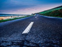 Strada asfaltata rurale vuota su un primo mattino freddo della molla fotografie stock libere da diritti