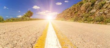 Strada asfaltata in salita nel tempo Giannina Grecia dello spirng fotografie stock libere da diritti