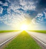 Strada asfaltata in un lucidare del sole Fotografia Stock