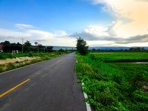 Strada asfaltata in villaggio rurale fotografie stock