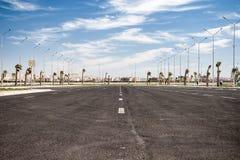 Strada asfaltata vuota con il cielo nuvoloso Fotografia Stock Libera da Diritti