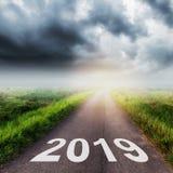 Strada asfaltata vuota e concetto 2019 del nuovo anno Guidando su un empt Fotografia Stock