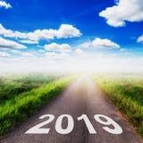 Strada asfaltata vuota e concetto 2019 del nuovo anno Guidando su un empt Fotografia Stock Libera da Diritti