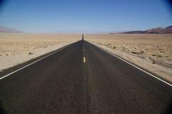Strada attraverso Death Valley Fotografia Stock