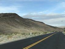 Strada attraverso Death Valley fotografia stock libera da diritti