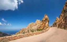Strada attraverso il Calanches de Piana in Corsica immagine stock libera da diritti