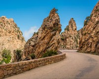 Strada attraverso il Calanches de Piana in Corsica immagine stock