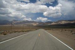 Strada attraverso il deserto Immagini Stock