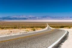 Strada attraverso il deserto del Mojave Fotografia Stock
