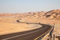 Strada attraverso il deserto nell'oasi di Liwa Fotografie Stock