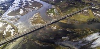 Strada attraverso il fiume da una vista dell'occhio del ` s dell'uccello Immagini Stock