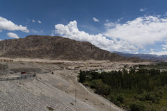 Strada attraverso il paesaggio di Ladakh Fotografia Stock