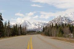 Strada attraverso l'intervallo di Alaska Immagini Stock