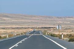 Strada attraverso la regione selvaggia incombente Immagini Stock Libere da Diritti