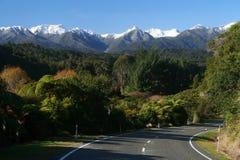 Strada attraverso le alpi della Nuova Zelanda Fotografie Stock Libere da Diritti