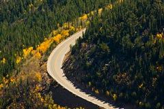 Strada attraverso le Montagne Rocciose Fotografia Stock