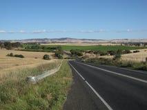Strada australiana dell'autostrada senza pedaggio della strada principale con il paesaggio delle cantine Immagini Stock
