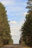 Strada automatica contro il cielo e le nuvole fotografia stock