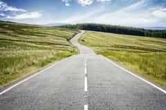 Strada avanti che scompare nella distanza fotografie stock