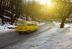 Strada bagnata in montagne Immagini Stock