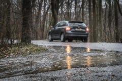 Strada bagnata in pioggia persistente Immagini Stock
